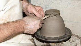 Польза инструментов ленты для делать глиняные горшки Стоковые Фотографии RF