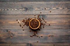 польза кофе предпосылки готовая Зажаренные в духовке фасоли в шаре на темном деревянном copyspace взгляд сверху предпосылки Стоковое Изображение RF
