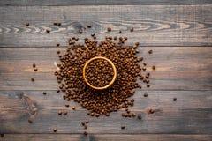 польза кофе предпосылки готовая Зажаренные в духовке фасоли в шаре на темном деревянном взгляд сверху предпосылки Стоковое Изображение