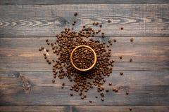 польза кофе предпосылки готовая Зажаренные в духовке фасоли в шаре на темном деревянном взгляд сверху предпосылки Стоковая Фотография