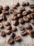 польза кофе предпосылки готовая Кофе зерна на деревенской деревянной предпосылке Стоковая Фотография