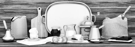 польза кофе предпосылки готовая панорамно Белые чашки кофе, шоколад, стоковое фото rf