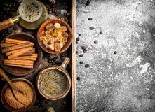 польза кофе предпосылки готовая Сваренный кофе в Turkish с сахаром, циннамоном и кофейными зернами Стоковая Фотография