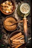 польза кофе предпосылки готовая Сваренный кофе в Turkish с сахаром, циннамоном и кофейными зернами Стоковые Фотографии RF