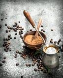 польза кофе предпосылки готовая Свежий кофе в турке Стоковое Фото
