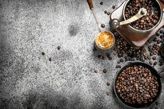 польза кофе предпосылки готовая Свежий кофе в турке Стоковые Фото