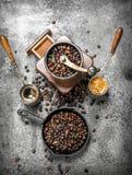 польза кофе предпосылки готовая Свежий кофе в турке Стоковая Фотография