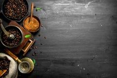 польза кофе предпосылки готовая Свежий кофе в Turkish с точильщиком руки Стоковые Изображения RF