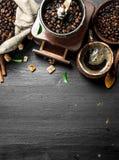польза кофе предпосылки готовая Свежий кофе с кристаллами сахара и кофейными зернами Стоковые Изображения