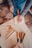 польза плотника зубило к формам деревянная планка Стоковые Изображения RF