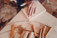 польза плотника зубило к формам деревянная планка Стоковое Изображение