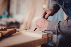 польза плотника зубило к формам деревянная планка Стоковое фото RF