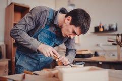 польза плотника зубило к формам деревянная планка Стоковая Фотография RF