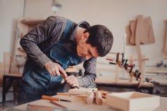 польза плотника зубило к формам деревянная планка стоковое изображение rf