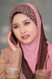 польза muslim девушки мобильного телефона Стоковые Фотографии RF