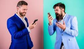 Пользы бизнесмены технологий интернета современных для сообщения Передвижное качество охвата и соединения клетка стоковые изображения