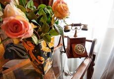 польностью ретро древесина вазы телефона роз Стоковое Изображение