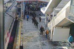 Польская полиция встречает футбольных болельщиков на железнодорожном вокзале стоковое изображение rf