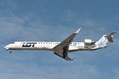 Польские авиакомпании ДРОБЯТ самолет на участки Бомбардье CRJ-900LR стоковые изображения rf