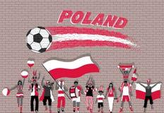 Польские футбольные болельщики веселя с Польшей сигнализируют цвета в переднем o Стоковая Фотография