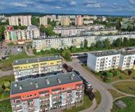 Польский город, преграждает плоские дома, высокую плотность, деревья, вид с воздуха стоковые изображения rf