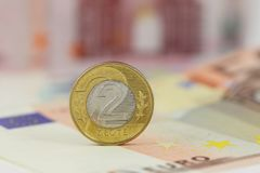 Польский злотый монетки 2 над банкнотами евро Польша и деньги EC Стоковые Фото
