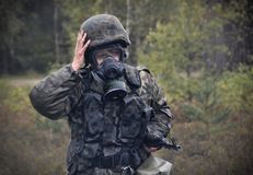 Польский солдат во время тренировки на учебном полигоне стоковая фотография rf