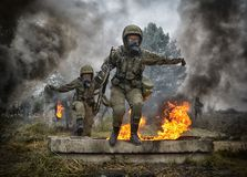 Польский солдат во время тренировки на учебном полигоне стоковое фото rf