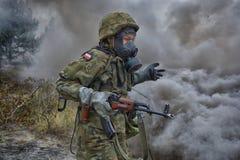 Польский солдат во время тренировки на учебном полигоне Стоковые Фото