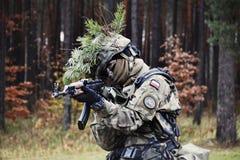 Польский солдат во время тренировки на учебном полигоне Стоковая Фотография