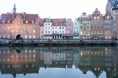 Польша, Гданьск, историческое место европейского города на банках реки стоковые изображения rf