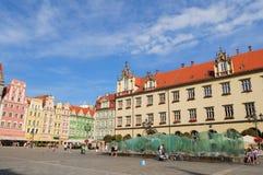 Польша, город Wroclaw, дома и люди на старой городской площади, основной рыночной площади Июнь 2018 стоковые изображения rf