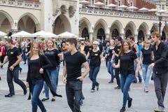 ПОЛЬША, КРАКОВ 02 09 2017, группа в составе молодые люди танцуя в стоковая фотография rf