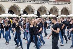 ПОЛЬША, КРАКОВ 02,09,2017 молодые люди танцуя в улице Стоковое фото RF