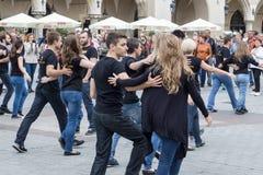 ПОЛЬША, КРАКОВ 02,09,2017 молодые люди танцуя дальше улица Стоковые Фото