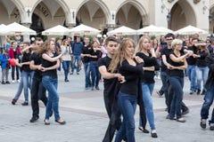 ПОЛЬША, КРАКОВ 02,09,2017 молодые люди танцуя танго на Стоковые Фотографии RF