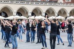 ПОЛЬША, КРАКОВ 02,09,2017 молодые люди танцуя танцевать на Стоковая Фотография RF
