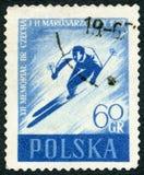 ПОЛЬША - 1957: лыжник выставок, двенадцатое anniversry смерти лыжников Bronislaw Bronek чеха 1908-1944 и Helena Marusarzowna Стоковое Фото