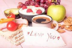 Полюбите вас примечание и обильный завтрак стоковая фотография