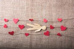 Полюбите концепцию с бумагами человеком и сердцами на linen потоках стоковые изображения rf