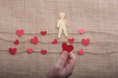 Полюбите концепцию с бумагами человеком и сердцами на linen потоках стоковое изображение