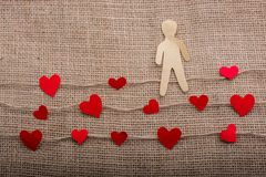 Полюбите концепцию с бумагами человеком и сердцами на linen потоках стоковая фотография