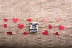 Полюбите концепцию с значками сформированными сердцем на потоках и машинке стоковые фотографии rf