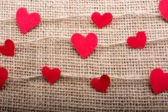 Полюбите концепцию с значками сформированными сердцем на потоках стоковая фотография