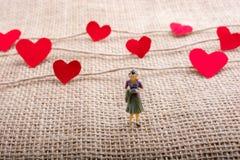 Полюбите концепцию с значками сформированными сердцем на потоках стоковые изображения