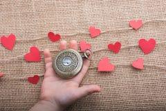 Полюбите концепцию с карманным вахтой и сформированными сердцем значками стоковое фото rf