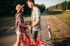 Полюбите пар при винтажный велосипед идя в парк Стоковые Фото