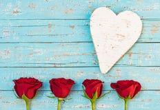 Полюбите предпосылка карточки Wedding или валентинки с сердцем и красными розами Стоковое Изображение RF