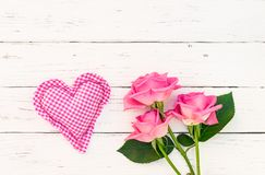 Полюбите предпосылку с розовым пуком роз и сердца на белой древесине Стоковая Фотография RF