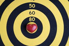 Полюбите предпосылку цели с сияющей красной формой сердца в центре  c Стоковые Изображения RF